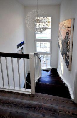Abbildung: Ein lichtdurchfluteter Treppenraum wird zur Bildergalerie