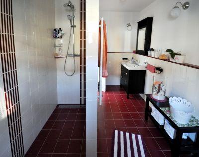 Abbildung: Badezimmer mit bequemer,  bodengleicher Dusche