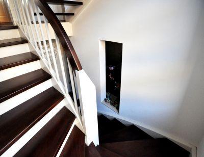 Abbildung: Eine moderne Holzwangentreppe verbindet die Ebenen