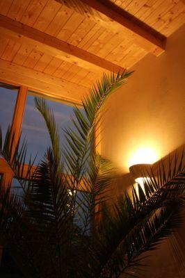 Abbildung: Behaglichkeit durch indirekte Beleuchtung der sichtbaren Holzbalkendecke