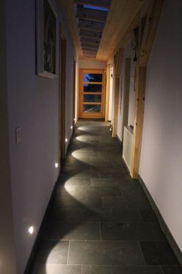 Abbildung: Lichtakzente durch  Orientierungsleuchten im Sockelbereich
