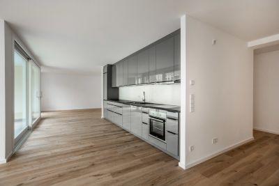 Abbildung: eine lichtdurchflutete Mietwohnung mit Einbauküche