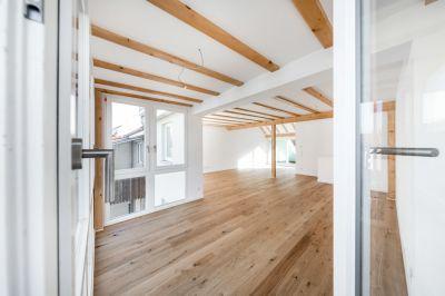 Abbildung: großzügige, helle Räume im Dach der Maisonette-Wohnung