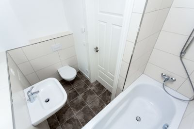Abbildung: moderne Badgestaltung im sanierten Altbau