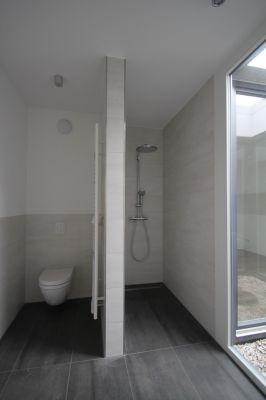 Abbildung: natürliches Licht im Gäste-WC durch ein Atrium