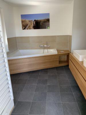 Abbildung: die Badewanne Paiova und Badezimmermöbel aus Eichenholz
