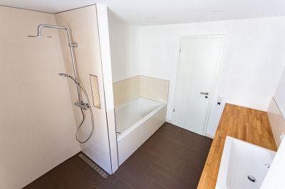 Abbildung: klare Linien und Kontraste im Bad