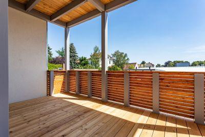 Abbildung: eine Balkonanlage in attraktiver Holzbauweise