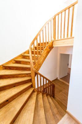 Abbildung: eine alte Treppe im neuen Glanz
